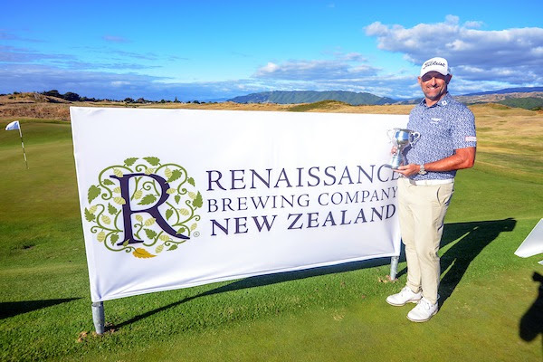 Mike Hendry with trophy (Golf NZ)