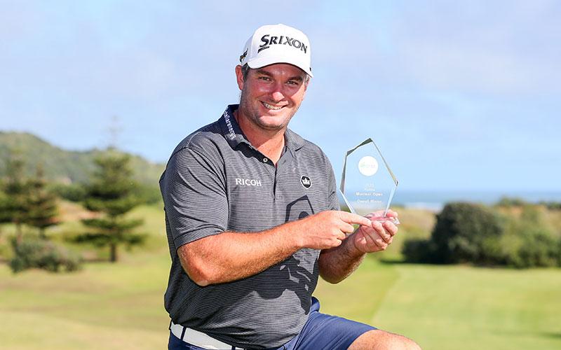 Ryan Fox with the Autex Muriwai Open trophy (Golf NZ)