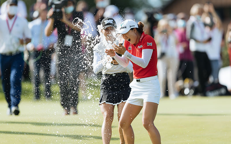 Lydia Ko splashes Minjee Lee with champagne after the Australian's victory. (Supplied)